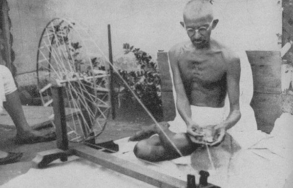 アーメダバードのアシュラムで糸を紡ぐガンディー(1925年)