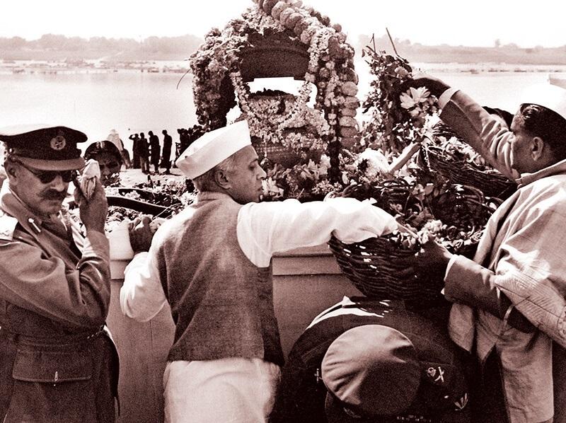 ガンディーの棺とネルー(1948年)