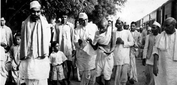 クイット・インディア運動時のガンディー(1942年)
