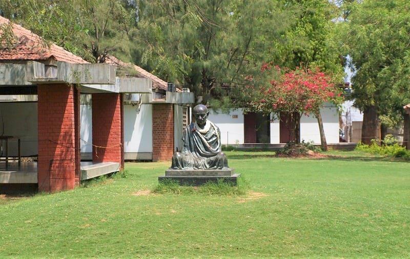 博物館の外にあるガンディーの像