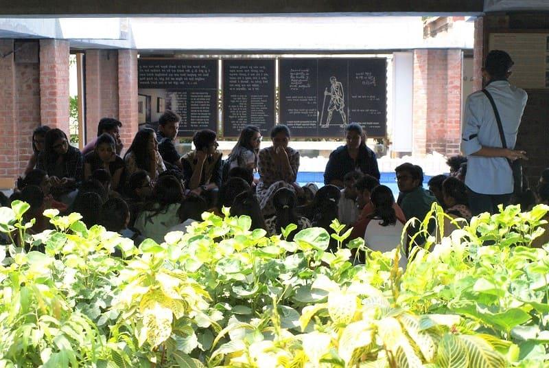 社会科見学中の学生たち