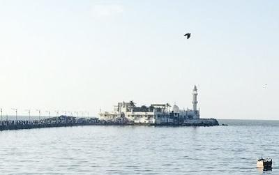 海に浮かぶハジアリ霊廟