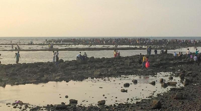 ハジアリ霊廟の裏の海岸