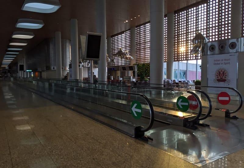 人がいないムンバイ空港の通路