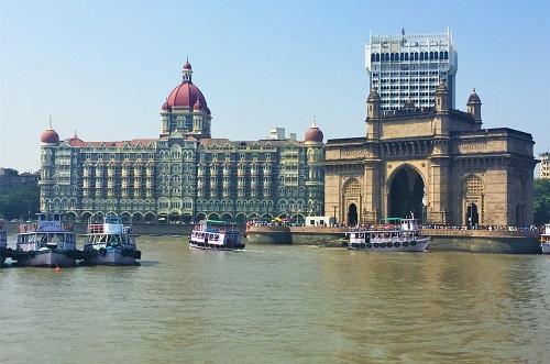 海から見たインド門とタージマハルホテル