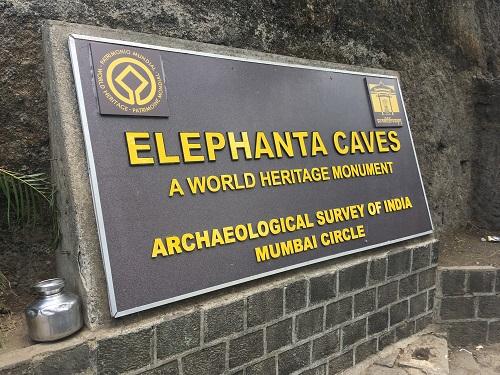 エレファンタ島石窟寺院群の看板