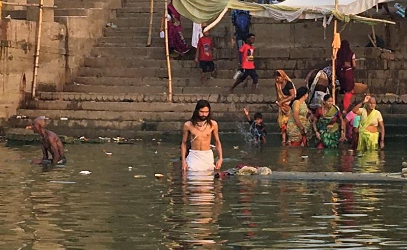 バラナシのガンジス川で沐浴する男性