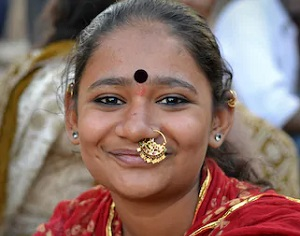 ビンディーを付けるインド人女性