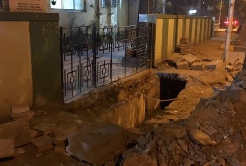 工事中断により放置された大きな穴