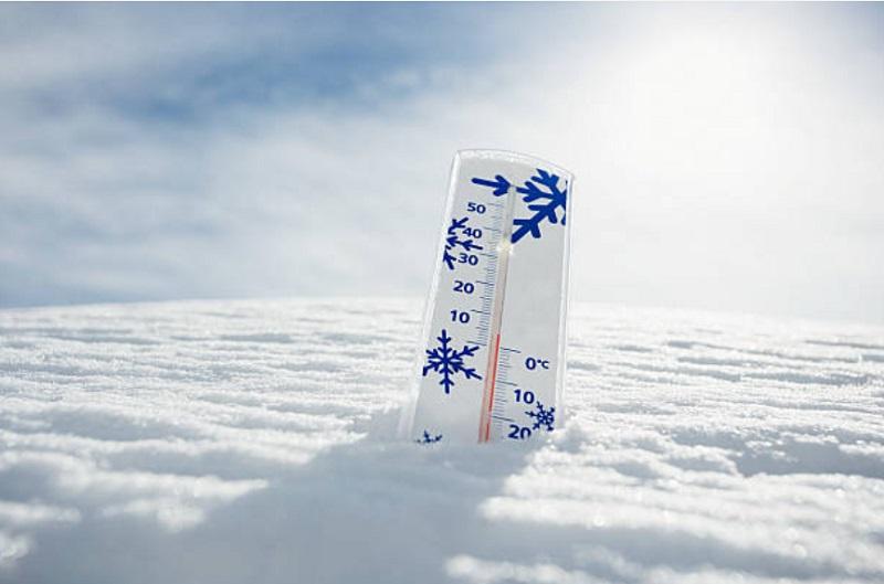 温度計が雪にささっている様子