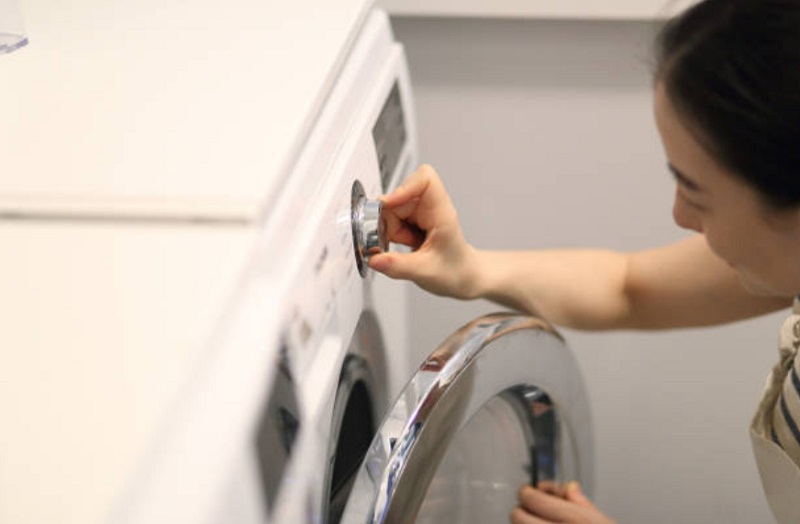 洗濯機を操作する女性