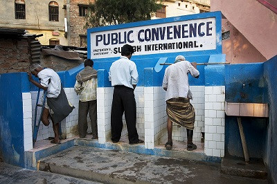 開放的な小便用公衆トイレ