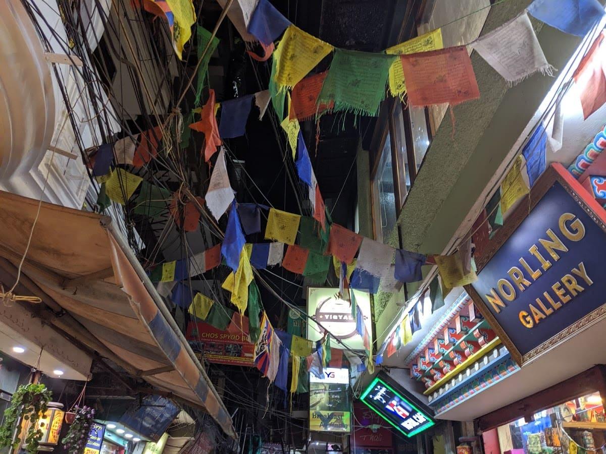 デリーのチベット街メインストリートに掲げられたタルチョー