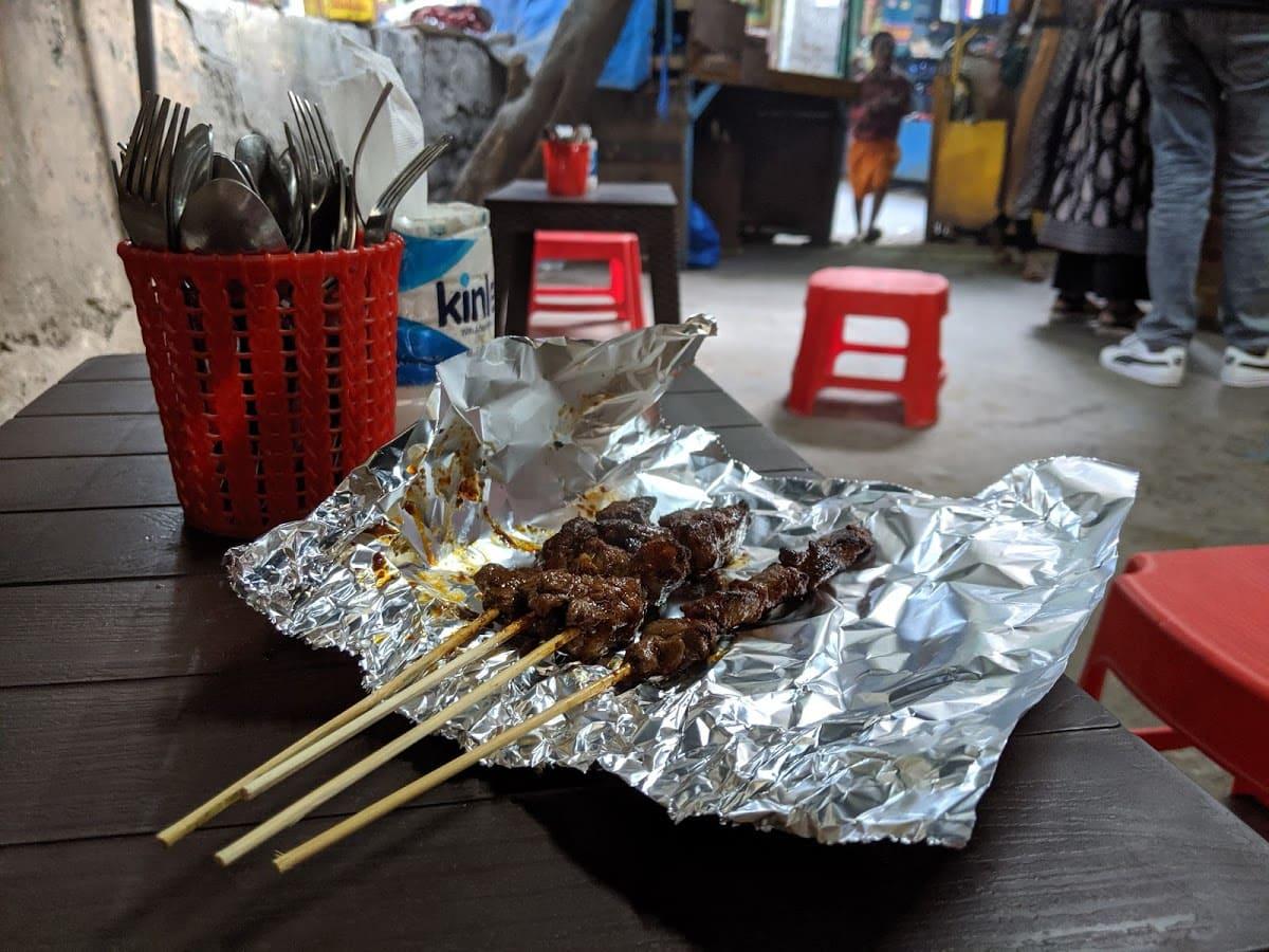 デリーのチベット街の屋台ピリ辛牛串