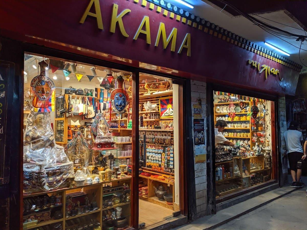 デリーのチベット街にある雑貨屋(AKAMA)
