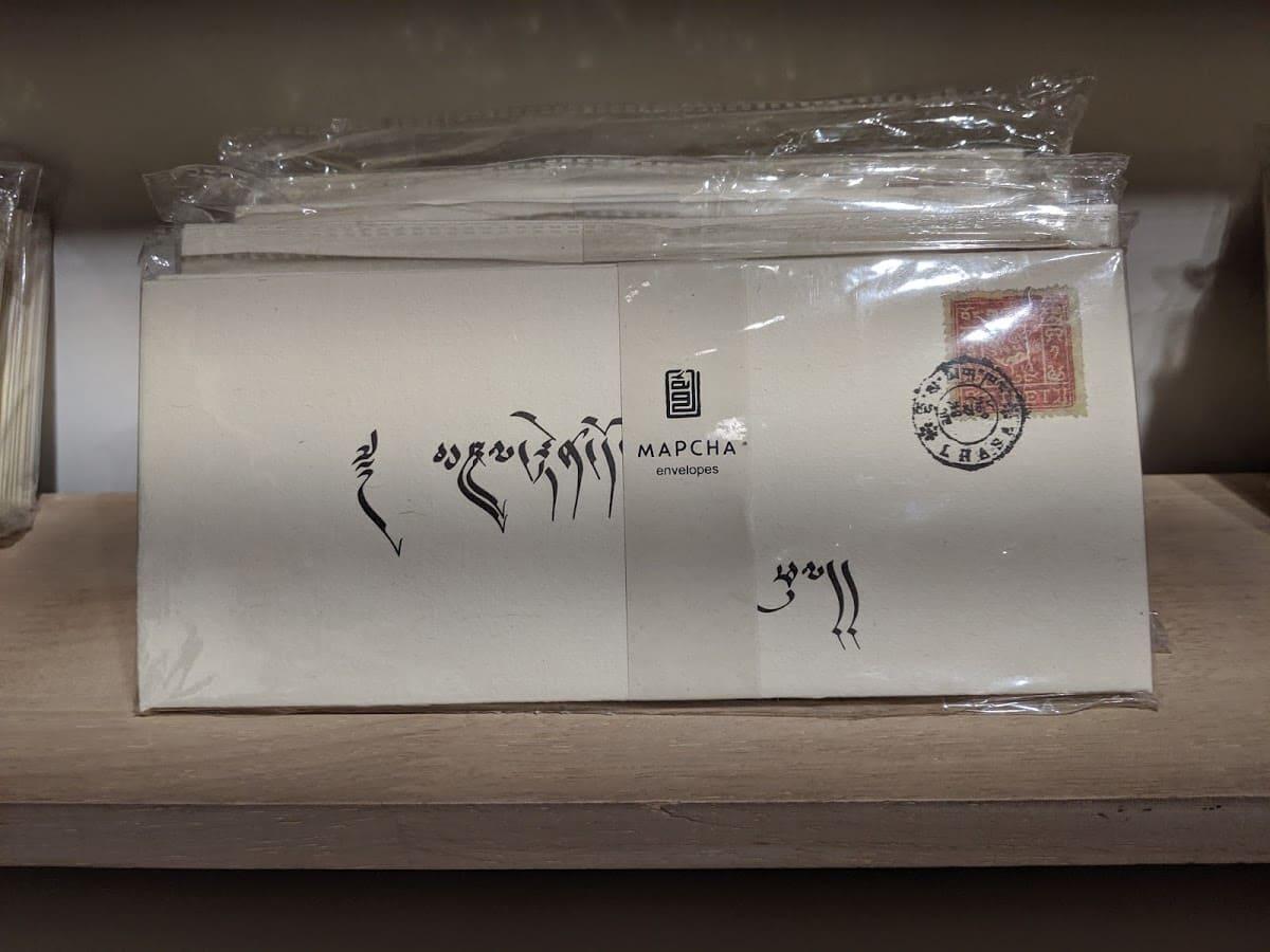 チベットのアルファベットが書かれた封筒