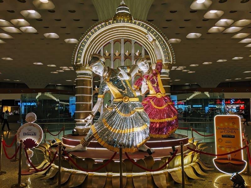 ムンバイ空港のディワリを祝うオブジェ