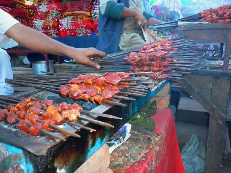 デリーのジャマ・マスジッドの周辺で提供されていたチキン・タンドゥーリ