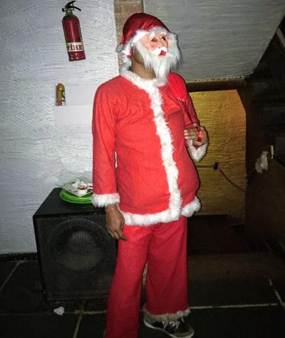 クリスマスに仮装する男性