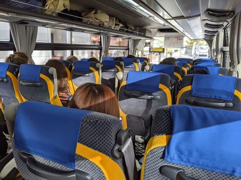 日帰りバスツアー車内の様子
