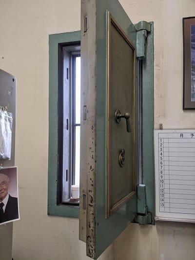 旧三菱銀行小樽支店の金庫室内の窓