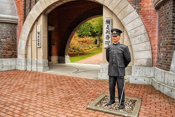 網走監獄正門の看守