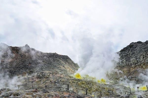 硫黄山から噴出する硫黄の煙