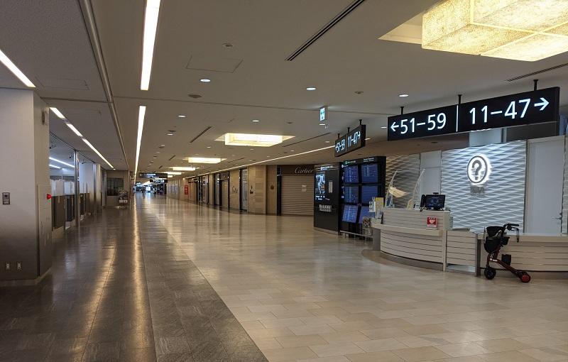 成田空港:出国手続き後のエリアはほとんどのショップがクローズ