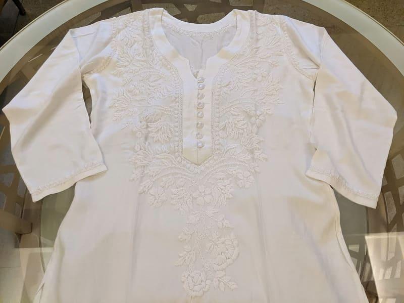 チカン刺繍が施された白いクルタ