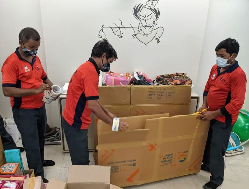 梱包材の搬入する作業員