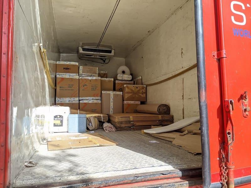 トラックに積み込まれた荷物