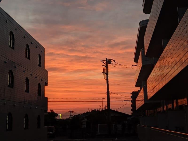 自主隔離のアパートから見た夕焼け