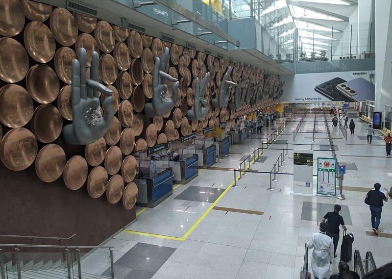 デリー空港のイミグレにあるムドラーのオブジェ