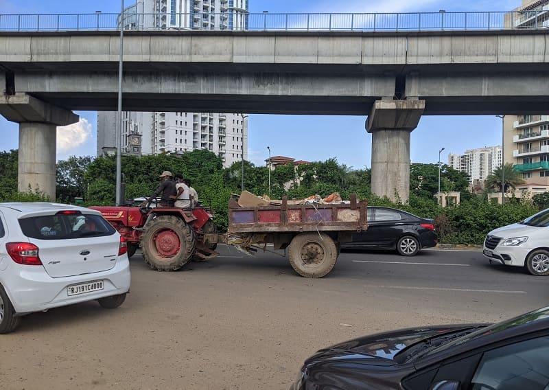 大通りを走るトラクター
