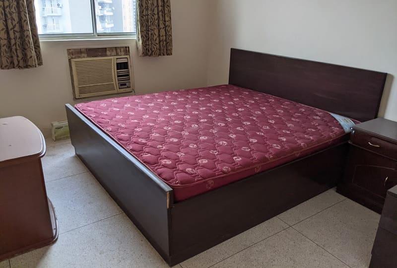 ウィンドウACが設置された寝室