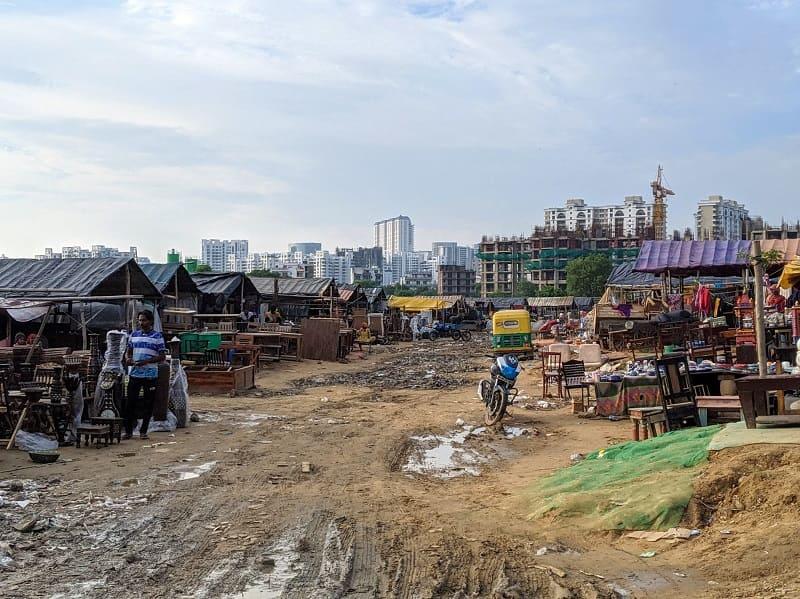 バンジャラマーケットと高層ビルのコントラスト