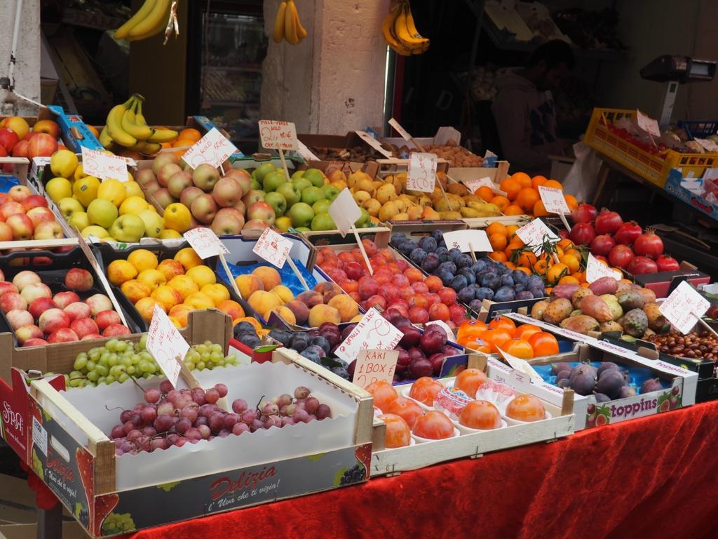 果物がたくさん並んでいます