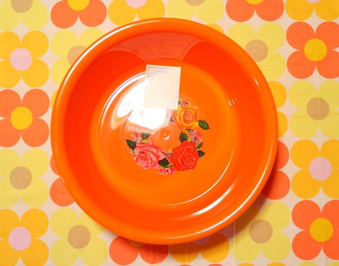レトロな花柄の洗面器