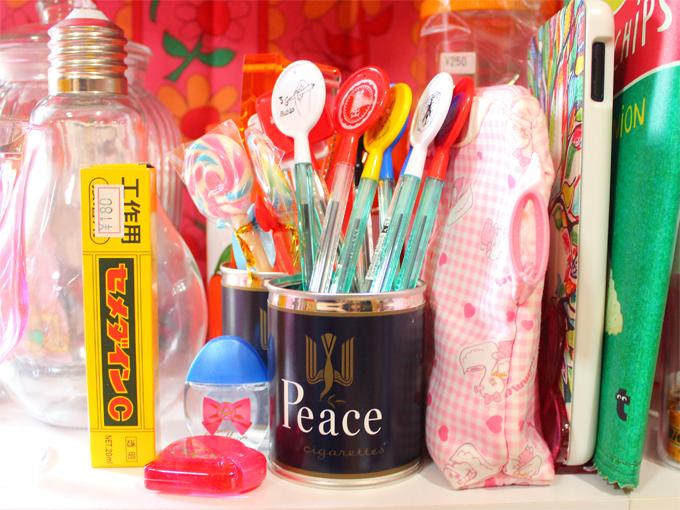 プレート付きボールペン・プレートペンとピースの缶
