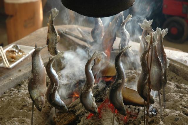 囲炉裏で鮎を焼いているところ。