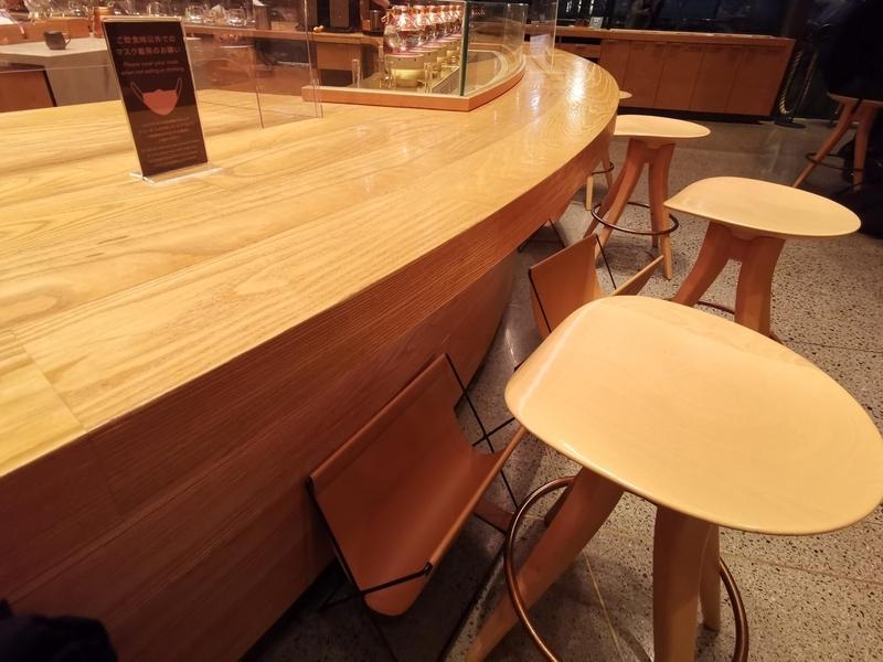 スターバックスリザーブロースタリー東京のカウンター席の写真。この席は店員が目の前にいる。