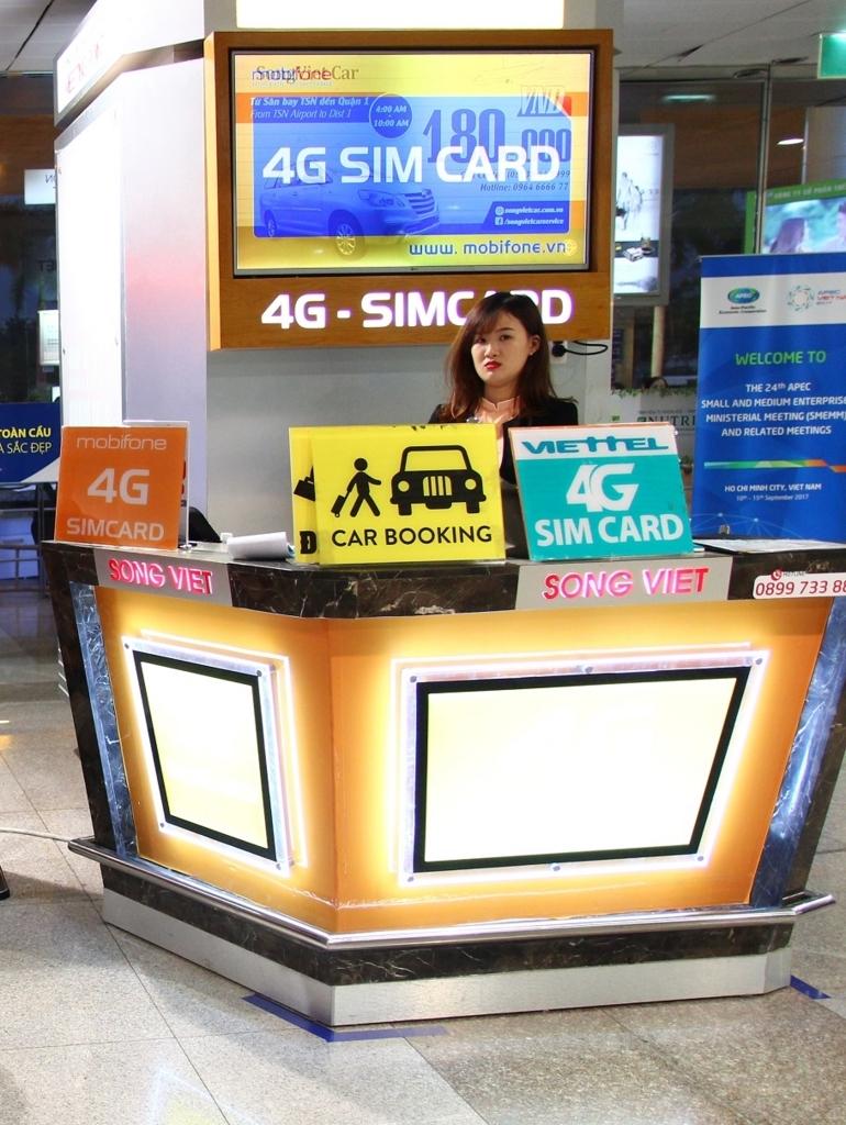 ベトナム旅行でホーチミン空港。シム売り場がずらっと並んでいるn