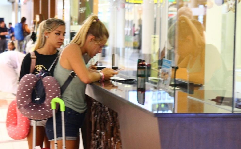 ホーチミン空港で両替する白人女性