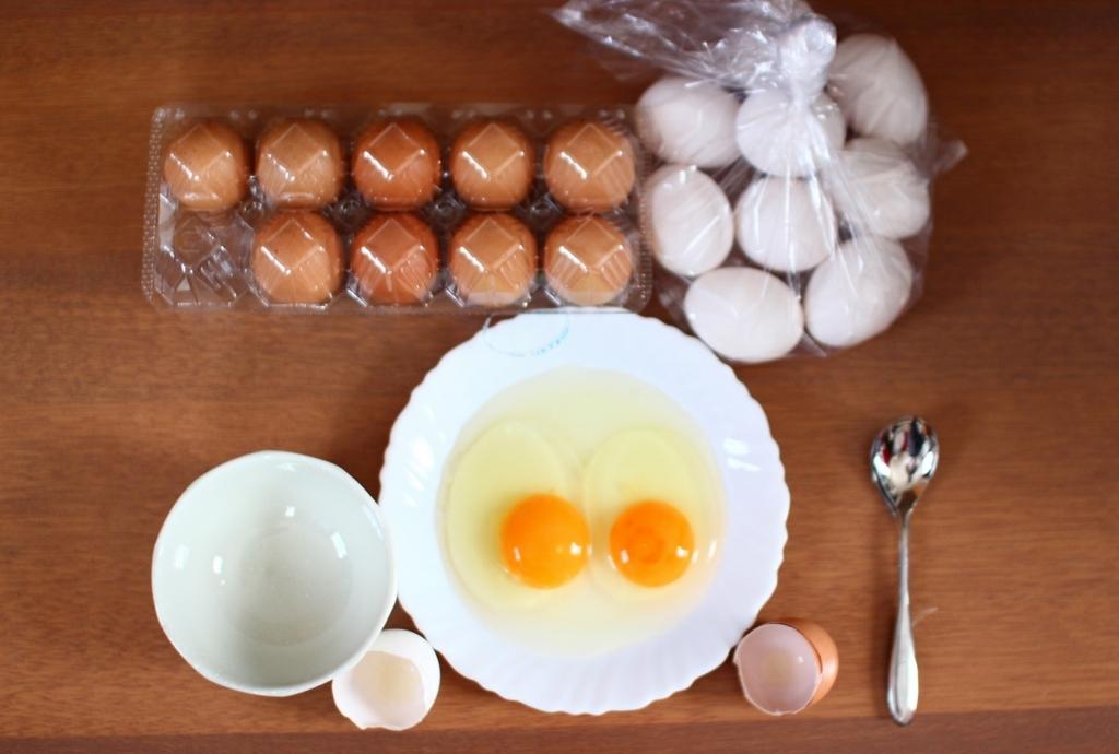 農家さんの卵とスーパーの卵を割って比べてみます