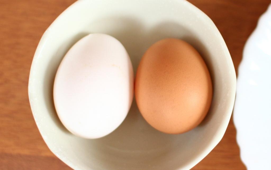 左がたまご農家の卵で、右がスーパーマーケットのたまごです