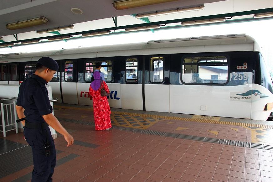 マレーシアはクアラルンプールの駅のホームの写真