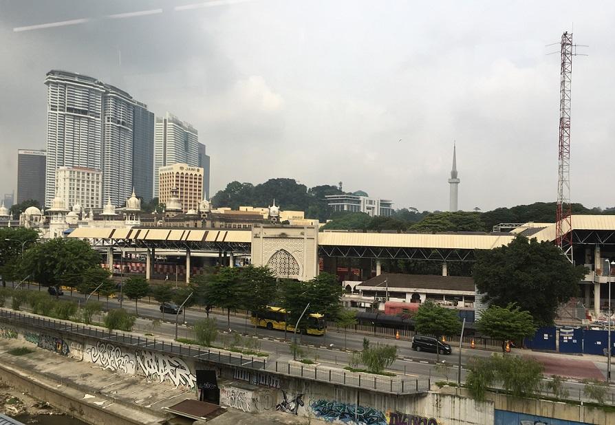 マレーシアの電車から見える街の景色