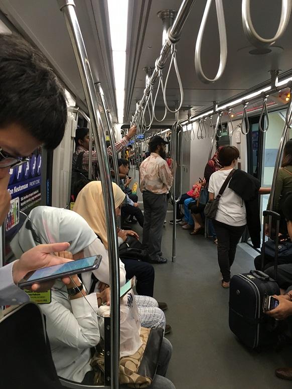クアラルンプールの電車の内部の写真