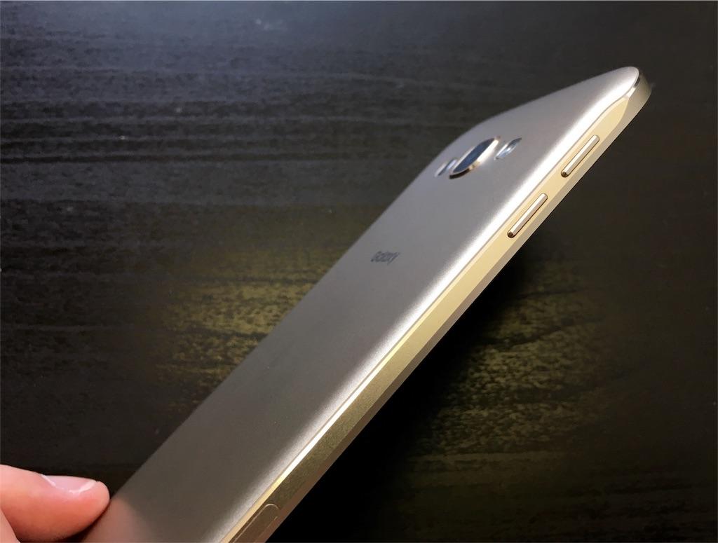 圧倒的薄さ!「Galaxy A8 SCV32」外観レビュー!大きくても持ちやすさ抜群のフィット感、薄さわずか約6.0mm。