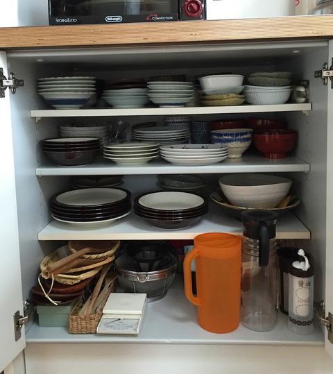 食器棚代わりのキッチンキャビネットの中。